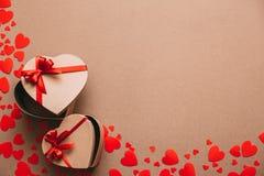 Μοντέρνα δώρα με τις κόκκινες κορδέλλες Στοκ Εικόνα