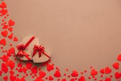 Μοντέρνα δώρα με τις κόκκινες κορδέλλες Στοκ φωτογραφίες με δικαίωμα ελεύθερης χρήσης