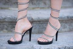 Μοντέρνα shooes στα πόδια γυναικών υπαίθρια στα σκαλοπάτια πετρών Στοκ Φωτογραφίες