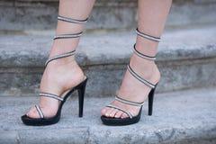 Μοντέρνα shooes στα πόδια γυναικών υπαίθρια στα σκαλοπάτια πετρών Στοκ εικόνα με δικαίωμα ελεύθερης χρήσης