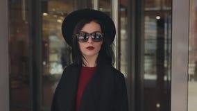 Μοντέρνες έξοδοι γυναικών από τη λεωφόρο απόθεμα βίντεο