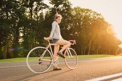 Μοντέρνες γυναίκες που οδηγούν το ποδήλατο στο δρόμο Στοκ εικόνα με δικαίωμα ελεύθερης χρήσης