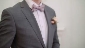Μοντέρνες κοστούμι και φανέλλα φορεμάτων ατόμων φιλμ μικρού μήκους
