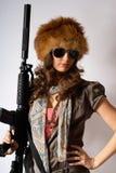 μοντέρνες νεολαίες γυναικών πυροβόλων όπλων Στοκ φωτογραφία με δικαίωμα ελεύθερης χρήσης
