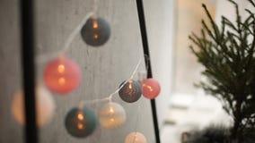 Μοντέρνες Σκανδιναβικές εσωτερικές λεπτομέρειες Χριστουγέννων Σπίτι άνεσης με το σκανδιναβικό νέο ντεκόρ έτους Φιλικός minimalist απόθεμα βίντεο