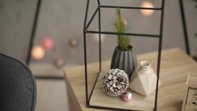 Μοντέρνες Σκανδιναβικές εσωτερικές λεπτομέρειες Χριστουγέννων Σπίτι άνεσης με το σκανδιναβικό νέο ντεκόρ παραμονής έτους ` s Κλάδ απόθεμα βίντεο