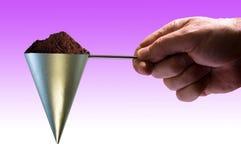 Μοντέρνη άποψη του χεριού που κρατά την κωνική σέσουλα καφέ Στοκ εικόνες με δικαίωμα ελεύθερης χρήσης