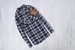 μοντέρνη έννοια Ελεγμένο πουκάμισο σε ένα ξύλινο υπόβαθρο FEM στοκ φωτογραφία με δικαίωμα ελεύθερης χρήσης