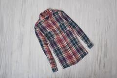 μοντέρνη έννοια Ελεγμένο πουκάμισο σε ένα ξύλινο υπόβαθρο FEM στοκ εικόνα με δικαίωμα ελεύθερης χρήσης