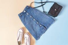 μοντέρνη έννοια Θηλυκό αστικό ύφος Φούστα τζιν, τσάντα Στοκ Εικόνες