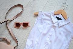 Μοντέρνη έννοια, κορίτσι ντουλαπών Φόρεμα, τσάντα και ρόδινα γυαλιά ηλίου επάνω από την όψη Στοκ φωτογραφία με δικαίωμα ελεύθερης χρήσης