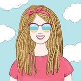 Μοντέρνη γυναίκα με τα dreadlocks και τα αντανακλημένα γυαλιά Hand-drawn ελεύθερη απεικόνιση δικαιώματος