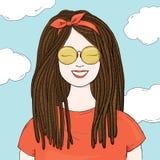 Μοντέρνη γυναίκα με τα dreadlocks και τα γυαλιά ηλίου Hand-drawn απεικόνιση αποθεμάτων