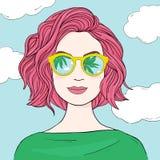Μοντέρνη γυναίκα με τη ρόδινη τρίχα στα αντανακλημένα γυαλιά ηλίου Hand-drawn διανυσματική απεικόνιση