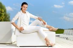Μοντέρνη γυναίκα με το άσπρο κοστούμι Στοκ φωτογραφία με δικαίωμα ελεύθερης χρήσης