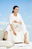 Μοντέρνη γυναίκα με το άσπρο κοστούμι Στοκ Εικόνες