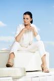 Μοντέρνη γυναίκα με το άσπρο κοστούμι Στοκ Φωτογραφία
