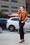 Μοντέρνη γυναίκα που καλεί το τηλέφωνο στοκ φωτογραφίες με δικαίωμα ελεύθερης χρήσης