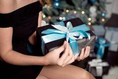 Μοντέρνη γυναίκα που κρατά ένα δώρο Χριστουγέννων στοκ εικόνα