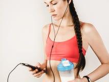 Μοντέρνη γυναίκα που μελετά τα αποτελέσματα του workout της στοκ φωτογραφία με δικαίωμα ελεύθερης χρήσης