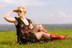 Μοντέρνη γυναίκα που φορούν το φόρεμα και σκιές που κοιτάζουν μακριά Στοκ Φωτογραφία