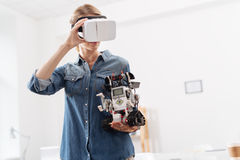 Μοντέρνη γυναίκα που χρησιμοποιεί τις ψηφιακές συσκευές στο εσωτερικό Στοκ φωτογραφία με δικαίωμα ελεύθερης χρήσης