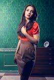 Μοντέρνη γυναίκα στο εκλεκτής ποιότητας δωμάτιο Στοκ εικόνα με δικαίωμα ελεύθερης χρήσης