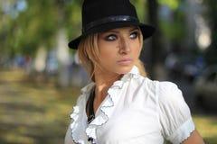 Μοντέρνη γυναίκα στο μαύρο καπέλο Στοκ εικόνα με δικαίωμα ελεύθερης χρήσης