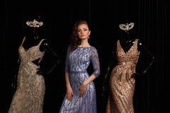 Μοντέρνη γυναίκα στο μπλε φόρεμα με τα rhinestones στοκ εικόνες