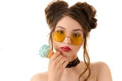 Μοντέρνη γυναίκα brunette στα στρογγυλά γυαλιά με το παγωτό διαθέσιμο Στοκ φωτογραφία με δικαίωμα ελεύθερης χρήσης