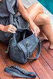 Μοντέρνη γυναικών εκμετάλλευσης τσάντα snakeskin πολυτέλειας μοντέρνη python Κομψή εξάρτηση Κλείστε επάνω του πορτοφολιού στα χέρ στοκ φωτογραφία