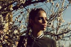μοντέρνη θέτοντας γυναίκα κορίτσι και flowerss Στοκ Εικόνες