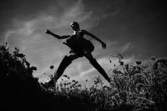 μοντέρνη θέτοντας γυναίκα όπιο, γυναίκα ή κορίτσι στον τομέα λουλουδιών του σπόρου παπαρουνών στοκ φωτογραφίες
