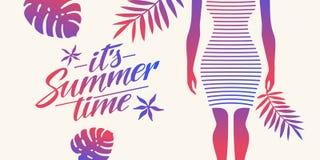 Μοντέρνη θερινή αφίσα με τα τροπικές φύλλα και τη σκιαγραφία ενός κοριτσιού Εγγραφή του θερινού χρόνου του Στοκ Εικόνες