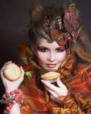 Μοντέρνη κυρία με το κέικ στοκ εικόνα με δικαίωμα ελεύθερης χρήσης
