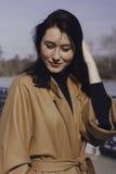 Μοντέρνη νέα γυναίκα έξω για έναν περίπατο έντυσε και φαίνεται πολύ μοντέρνη Στοκ Εικόνες
