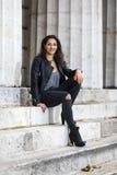 Μοντέρνη νέα γυναίκα με τη σγουρή τρίχα στην οδό στοκ φωτογραφία