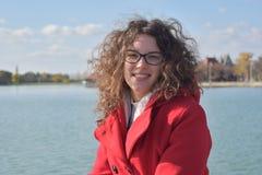 Μοντέρνη νέα γυναίκα με τη σγουρή τρίχα Στοκ εικόνες με δικαίωμα ελεύθερης χρήσης