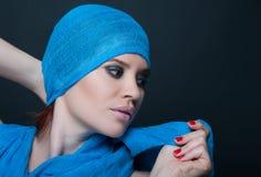 Μοντέρνη νέα γυναίκα με το καθιερώνον τη μόδα βλέμμα και makeup Στοκ Εικόνα