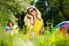 Μοντέρνη νέα γυναίκα που ακούει τη μουσική στο πάρκο Στοκ Εικόνες
