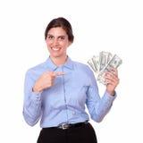 Μοντέρνη νέα γυναίκα που δείχνει τα χρήματα Στοκ εικόνες με δικαίωμα ελεύθερης χρήσης