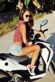 Μοντέρνη νέα γυναίκα σε μια μοτοσικλέτα Στοκ φωτογραφία με δικαίωμα ελεύθερης χρήσης