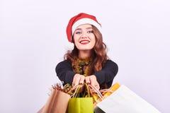 Μοντέρνη νέα γυναίκα brunette με τις ζωηρόχρωμες τσάντες αγορών στοκ εικόνες