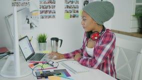 Μοντέρνη νέα εργασία γυναικών στην αρχή απόθεμα βίντεο