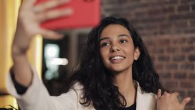 Μοντέρνη νέα συνεδρίαση επιχειρηματιών στον καφέ και λήψη selfie με το smartphone της απόθεμα βίντεο