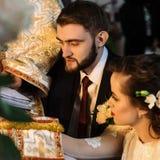 Μοντέρνη νύφη πολυτέλειας και κομψός νεόνυμφος, που κάνουν τους όρκους, συναισθηματικούς Στοκ Εικόνες