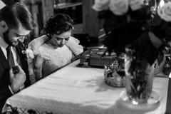Μοντέρνη νύφη πολυτέλειας και κομψός νεόνυμφος, που κάνουν τους όρκους, συναισθηματικούς Στοκ εικόνα με δικαίωμα ελεύθερης χρήσης