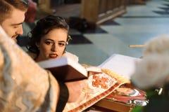 Μοντέρνη νύφη πολυτέλειας και κομψός νεόνυμφος, που κάνουν τους όρκους, συναισθηματικούς Στοκ εικόνες με δικαίωμα ελεύθερης χρήσης