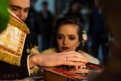 Μοντέρνη νύφη πολυτέλειας και κομψός νεόνυμφος, που κάνουν τους όρκους, συναισθηματικούς Στοκ Εικόνα