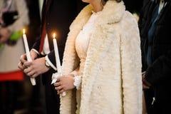 Μοντέρνη νύφη πολυτέλειας και κομψός νεόνυμφος, που κάνουν τους όρκους, συναισθηματικούς Στοκ Φωτογραφία